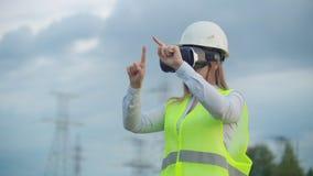 Portret nowożytna kobieta księgowy inżynier prowadzi inspekcję przez rzeczywistość wirtualna szkieł i zbiory wideo