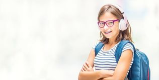 Portret nowożytna szczęśliwa nastoletnia szkolna dziewczyna z stomatologicznym brasu gla obrazy royalty free