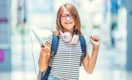 Portret nowożytna szczęśliwa nastoletnia szkolna dziewczyna z torba plecaka głową fotografia royalty free