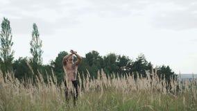 Portret nowożytni cossack spojrzenia na niebie 4K dźwiganie rękach i zbiory wideo