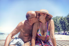 Portret nowożytny dorośleć pary całowanie w swimsuit Zdjęcie Royalty Free
