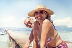 Portret nowożytny dorośleć pary relaksuje w swimsuit Zdjęcie Stock