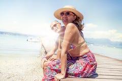 Portret nowożytny dorośleć pary relaksuje w swimsuit Obrazy Stock