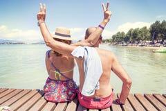 Portret nowożytny dorośleć pary relaksuje w swimsuit Fotografia Stock