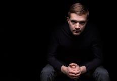 Portret obsiadanie mężczyzna zdjęcie stock