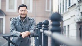 Portret od uśmiecha się wspaniałego młodego atrakcyjnego mężczyzna fotografia royalty free