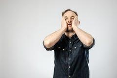 Portret odizolowywający wzburzony młody człowiek zdjęcia stock