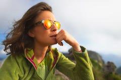 Portret odpoczywa podczas wysokogórski trekking caucasian dziewczyna Zdjęcie Stock