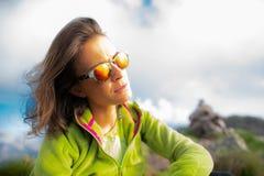 Portret odpoczywa w górach patrzeje słońce z g kobieta Obraz Stock
