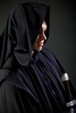 Portret odważny wojownika wędrowiec w czarnym kordziku w ręce i pelerynie fotografia royalty free
