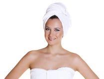 Portret ogołacająca piękna kobieta dostaje przygotowywający dla zdroju tr Zdjęcia Royalty Free