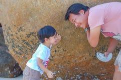 Portret ojciec i syn bawić się, Koh Lipe obrazy stock