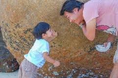 Portret ojciec i syn bawić się, Koh Lipe fotografia royalty free
