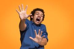 Portret okaleczający mężczyzna na pomarańcze Zdjęcia Royalty Free
