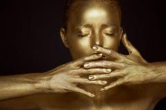 Portret onmogelijke Gouden meisjes, handen dichtbij het gezicht Zeer gevoelig en vrouwelijk De ogen zijn gesloten Frame van hande Royalty-vrije Stock Afbeeldingen