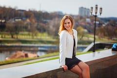 Portret ono uśmiecha się kamera w mieście na bulding tle w słonecznym dniu śliczna dziewczyna zdjęcia royalty free