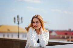 Portret ono uśmiecha się kamera w mieście na bulding tle w słonecznym dniu śliczna dziewczyna fotografia royalty free