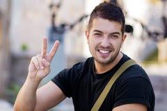 Portret ono uśmiecha się na ulicie piękny młody człowiek Obraz Stock