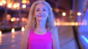 Portret ono Uśmiecha się Outdoors Przy nocą Starsza kobieta zbiory