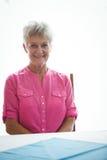 Portret ono uśmiecha się przechodzić na emeryturę kobieta obraz stock