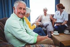 Portret ono uśmiecha się przechodzić na emeryturę mężczyzna patrzeje kamerę zdjęcia royalty free