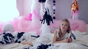 Portret ono uśmiecha się w dzień narodziny w sukni z kolorowymi balonami mała dziewczynka Z podnieceniem dzieciak świętuje ona zbiory