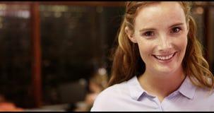 Portret ono uśmiecha się w sala lekcyjnej nauczyciel zdjęcie wideo
