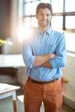 Portret ono uśmiecha się z rękami krzyżować męski dyrektor wykonawczy Obraz Stock