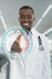 Portret opieki zdrowotnej profesjonalisty uśmiechnięta czarna lekarka z stetoskopem Obrazy Royalty Free