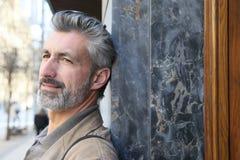 Portret opiera na ścianie w miasteczku dojrzały mężczyzna Zdjęcie Stock