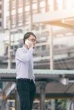 Portret opowiada na smartphone outdoors poważny mężczyzna caucasian biznesmen używa telefon komórkowego, robi wzywał ulicę w mieś Zdjęcia Royalty Free