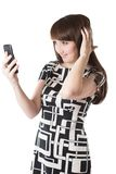 Portret opowiada na telefon komórkowy piękna kobieta Zdjęcia Royalty Free