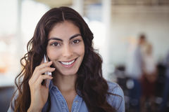 Portret opowiada na telefonie komórkowym ładny bizneswoman Fotografia Stock