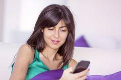 Portret opowiada na telefonie plenerowym piękna młoda kobieta Obrazy Stock