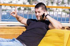 Portret opowiada na telefonie plenerowym piękny młody człowiek Zdjęcie Stock