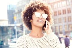 Portret opowiada telefonem komórkowym młoda dziewczyna zdjęcia royalty free