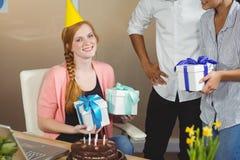 Portret otrzymywa urodzinowych prezenty szczęśliwy bizneswoman Zdjęcie Royalty Free