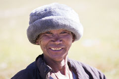 Portret oude mens in traditionele kleding in het dorp van Himalayagebergte, Nepal Royalty-vrije Stock Foto's
