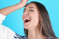 Portret pęka w śmiech piękna młoda kobieta zdjęcie stock