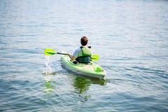 Portret paddling kajaka w jeziorze dojrzały mężczyzna Starszy caucasian mężczyzna kajakarstwo na letnim dniu zdjęcia stock