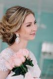 Portret panna młoda w kwiatu wystroju, pracowniana fotografia Pięknego panna młoda portreta ślubny makeup i fryzura, mody panny m Zdjęcie Stock
