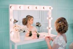 Portret panna młoda w kwiatu wystroju, pracowniana fotografia Pięknego panna młoda portreta ślubny makeup i fryzura, mody panny m Zdjęcie Royalty Free