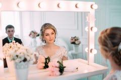 Portret panna młoda w kwiatu wystroju, pracowniana fotografia Pięknego panna młoda portreta ślubny makeup i fryzura, mody panny m Zdjęcia Stock