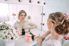 Portret panna młoda w kwiatu wystroju, pracowniana fotografia Pięknego panna młoda portreta ślubny makeup i fryzura, mody panny m Fotografia Stock