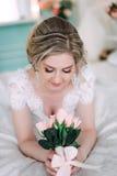 Portret panna młoda w kwiatu wystroju, pracowniana fotografia Pięknego panna młoda portreta ślubny makeup i fryzura, mody panny m Obraz Stock