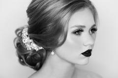 Portret panna młoda z blondynka włosy dekorował z ślubu dostępem fotografia royalty free