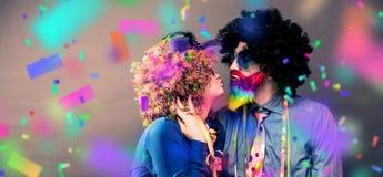 Portret partyjni mężczyzna i kobieta w peruce Carneval i szkłach zdjęcie stock