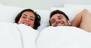 Portret pary dosypianie pod białą koc na łóżku zdjęcie wideo