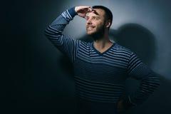 Portret patrzeje daleko od uśmiechnięty mężczyzna Fotografia Royalty Free