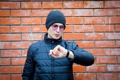 Portret patrzeje jego zegarek młody człowiek tła pojęcia odosobniony przedmiota czas biel obrazy stock